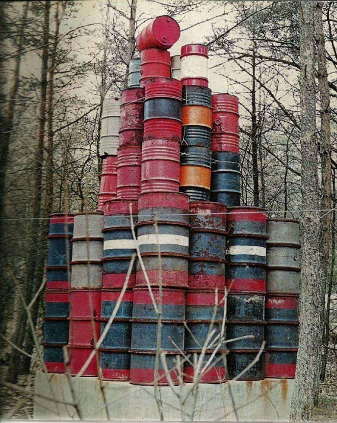De eerste versie van Christo's '56 Barrels' uit 1968