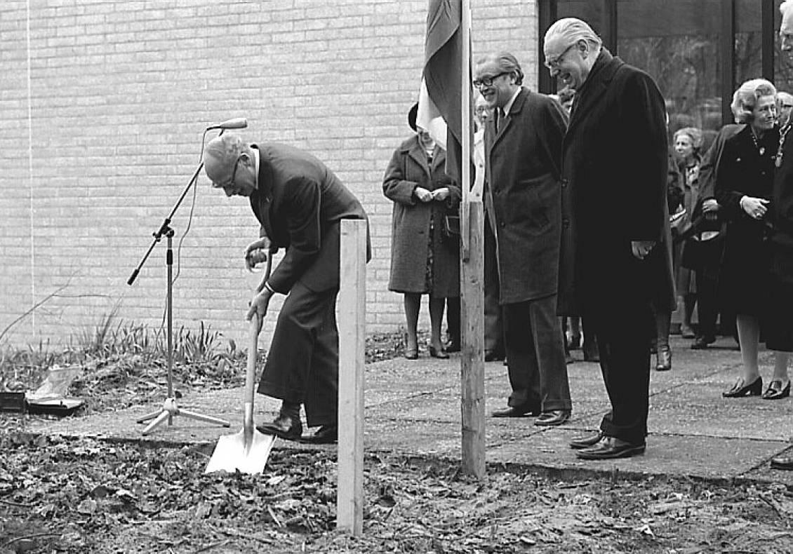 Eerste spade door Minister van CRM Harry van Doorn, 1975