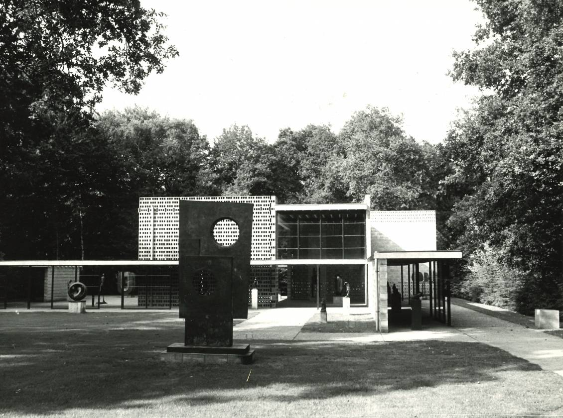 'The Big One', Squares with two circles, is indeed still on display at the Rietveld pavilion.