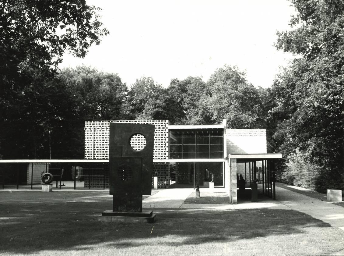 'The Big One', Squares with two circles, is inderdaad nog steeds bij het Rietveldpaviljoen te zien.