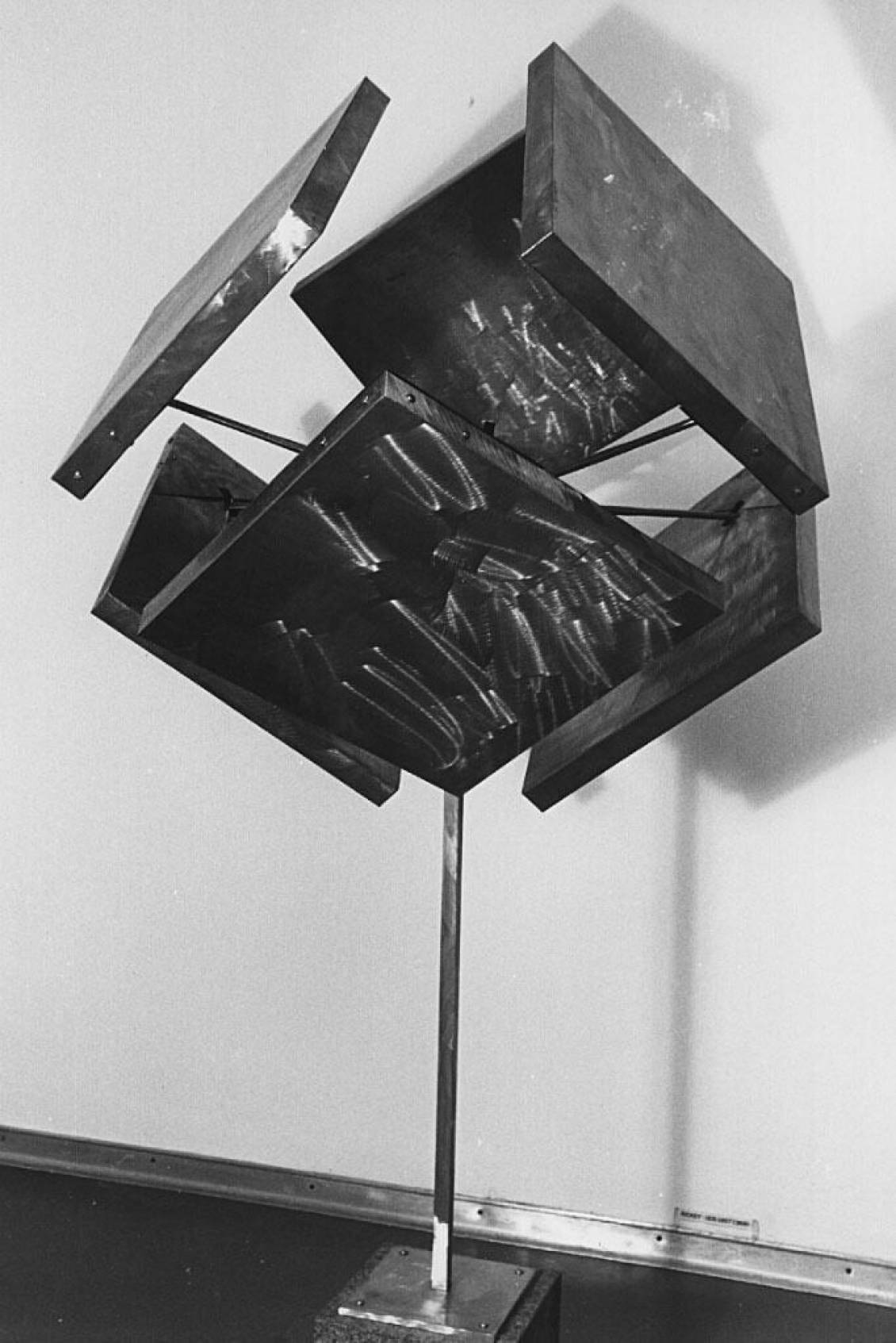 George Rickey, Unstable cube, 1968