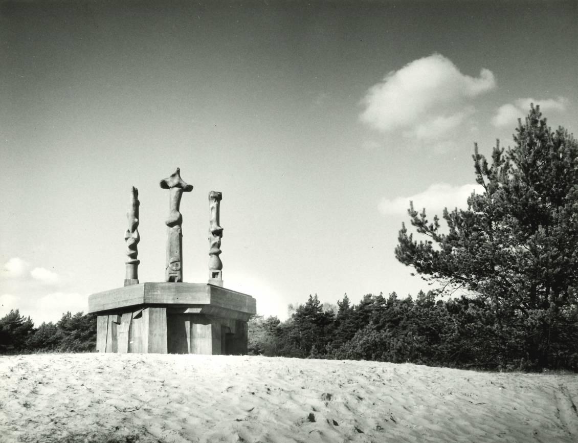 Henry Moore, Three upright motives, 1965
