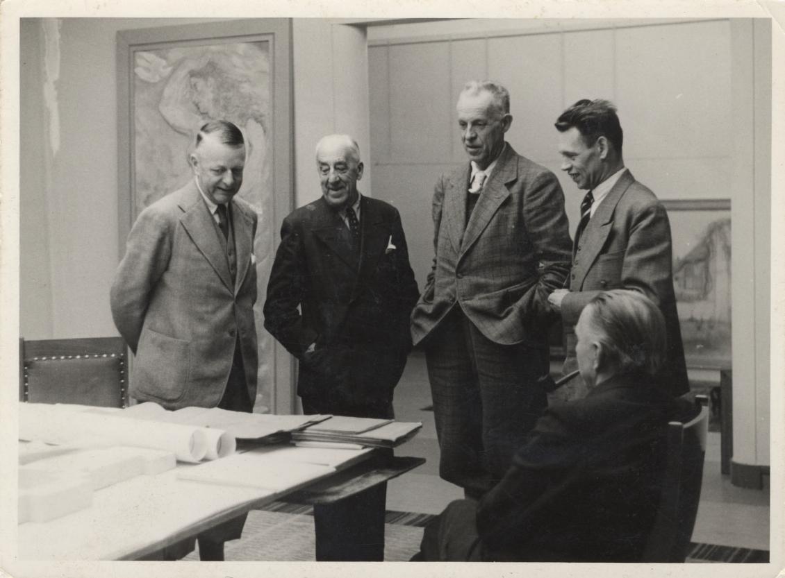Uitbereiding RIjksmuseum Kröller-Müller, Bespreking van de bouwplannen voor een beeldenzaal naar ontwerp van Henry van de Velde, 1943