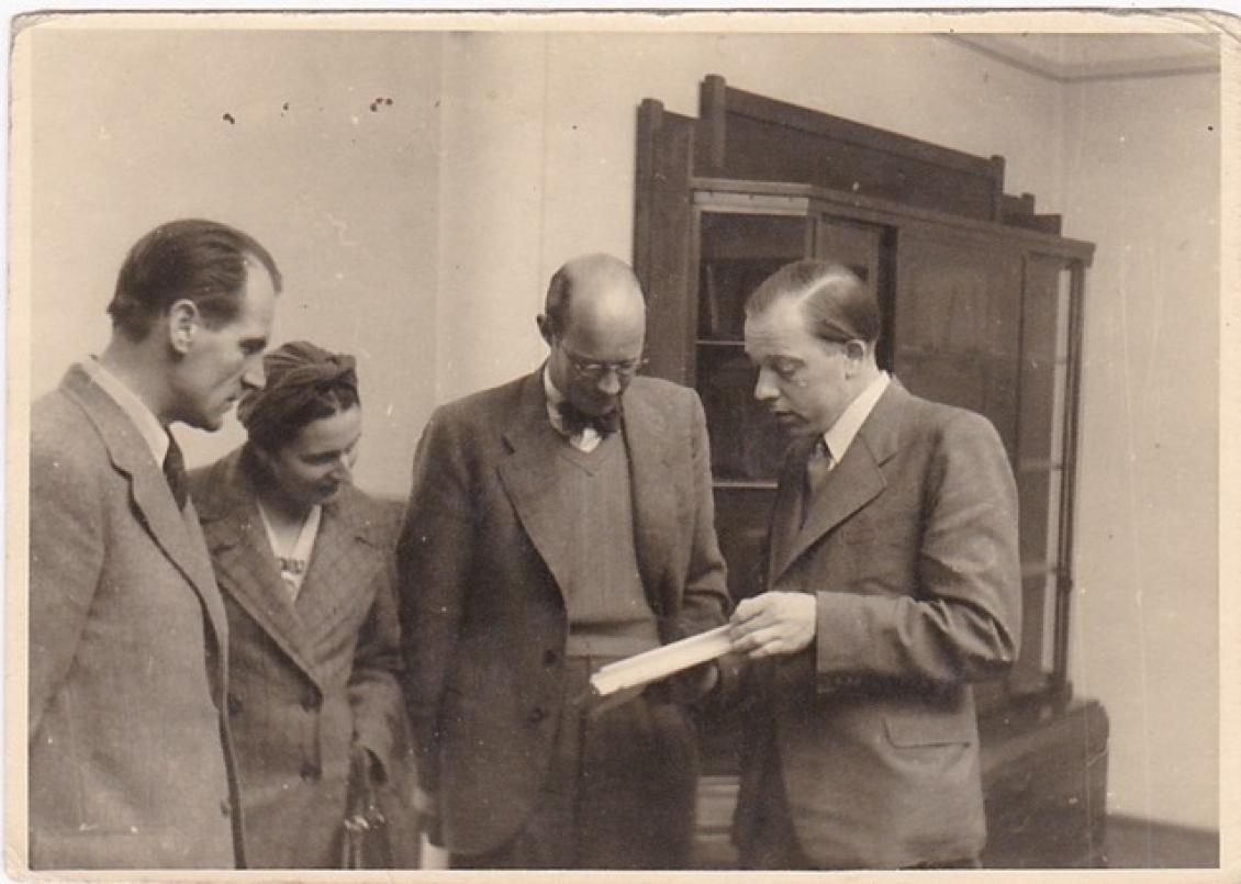 Willy Auping geeft een rondleiding in Rijksmuseum Kröller-Müller, midden-eind 1942