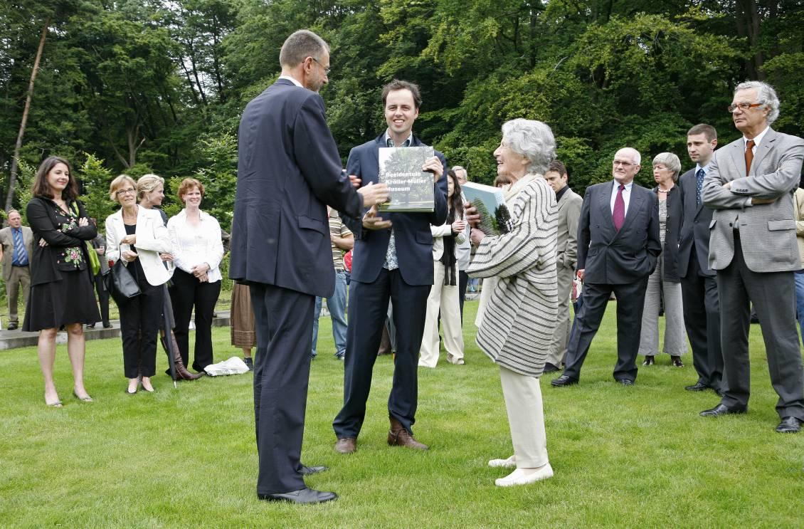Handing over the first copy of the 'Sculpture garden book' to Adriaan Geuze and Marta Pan, 23 June 2007