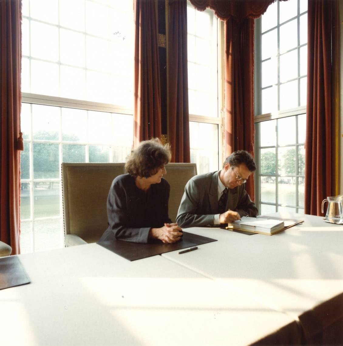 Minister van WVC Hedy d' Ancona en Evert van Straaten tekenen voor de verzelfstandiging van Rijksmuseum Kröller-Müller