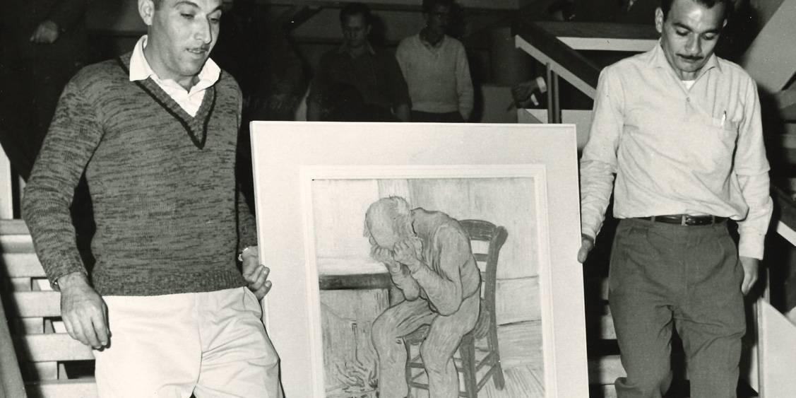 Van Gogh in Israël, Treurende oude man wordt van de trap gedragen, 1963