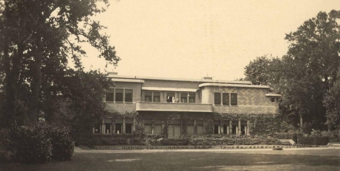 Henry van de Velde, Villa Groot Haesebroek, tuinzijde met personeel op balkon