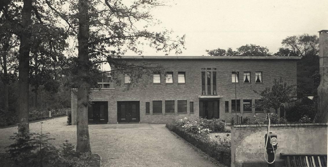 Henry van de Velde, Villa Groot Haesebroek, oprijlaan met benzinepomp