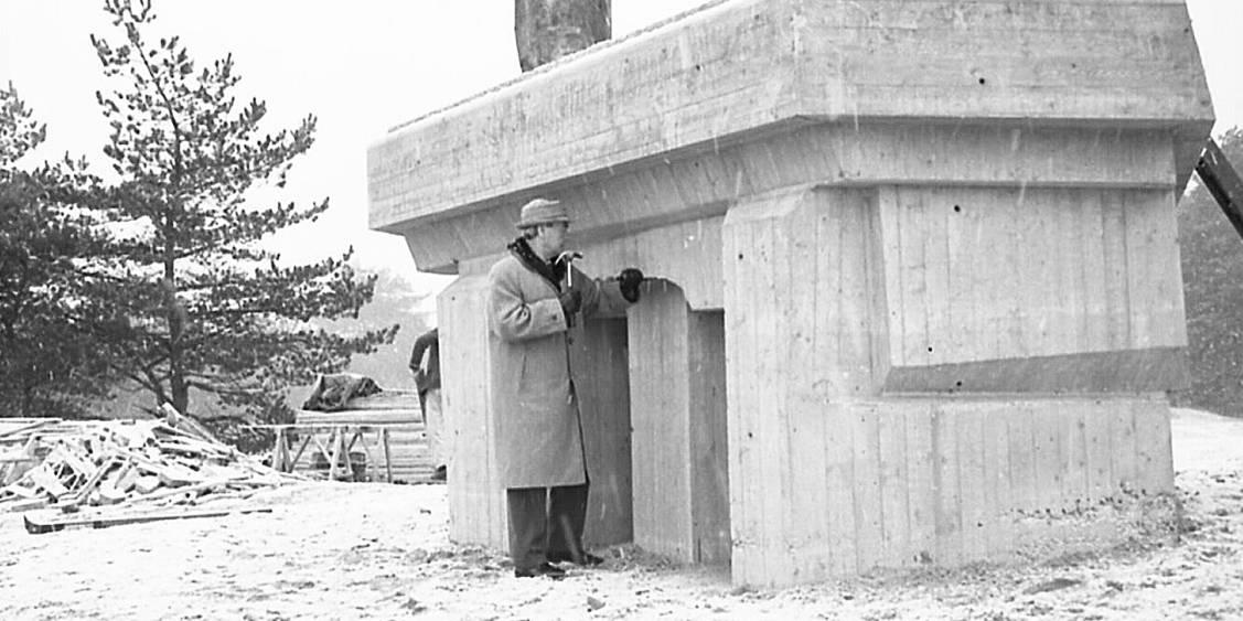 Finishing the base of Three upright motives door Henry Moore, 1965